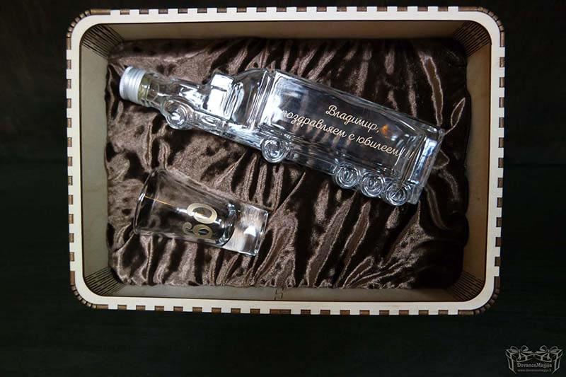 Butelis ir stikliukas su graviravimu ir dėžute