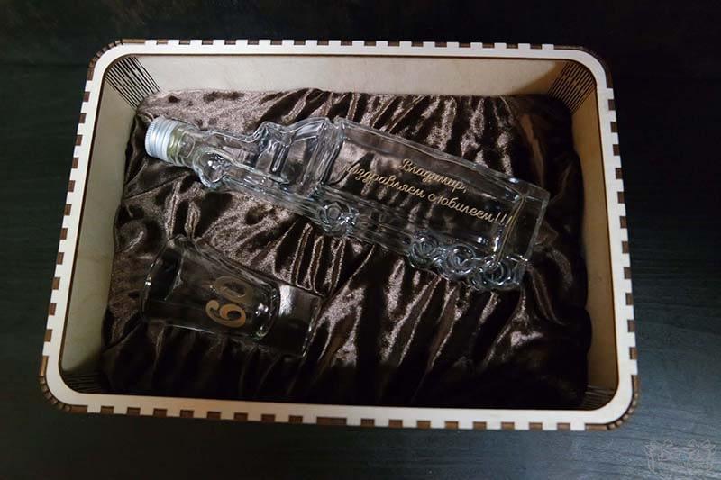 Butelis ir stikliuskas su graviravimu ir dėžute