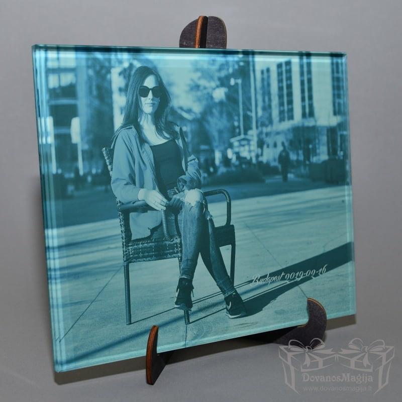 ant stiklo 20x25 cm Mergina mieste foto ant stiklo