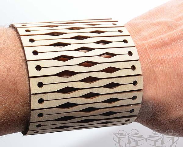 Medinė apyrankė ant riešo